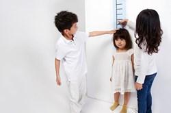 Những yếu tố ảnh hưởng đến phát triển chiều cao của trẻ