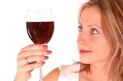 Phụ nữ uống rượu dễ sinh non