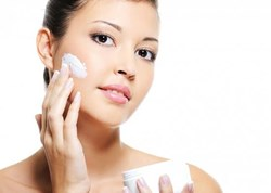 Cách dùng kem dưỡng ẩm tránh bị dị ứng, nổi mụn