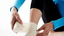 Đắp lá chữa bong gân có thể tàn phế