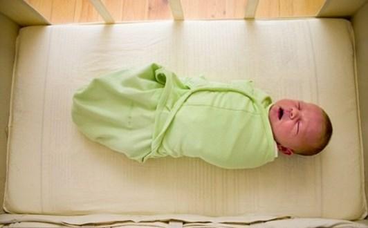 Tác hại khi quấn khăn cho trẻ sơ sinh