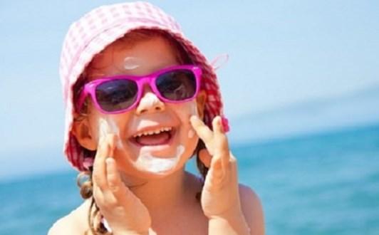 Trẻ đeo kính râm mùa hè có thể bị hỏng mắt