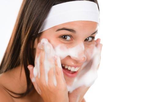 Cách rửa mặt tránh bị lão hóa, tổn thương cho da