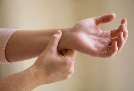 Cơn tétani - Nguyên nhân khiến bà bầu bị co quắp bàn tay
