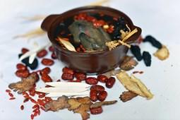 Món ăn bài thuốc từ gà ác giúp kiện tỳ, dưỡng huyết