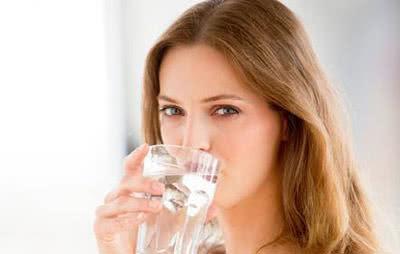 Uống nhiều nước chống khô da