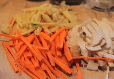 Nấm và cà rốt thái sợi