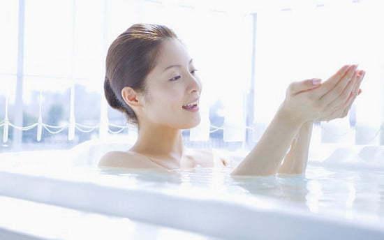 Tắm nước quá nóng gây khô da