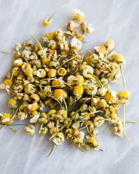 trà hoa cúc giữ màu cho tóc