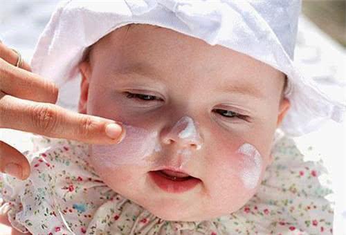 Dùng kem dưỡng ẩm trị da khô nẻ cho bé