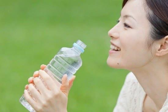 Uốc nhiều nước giúp tránh sỏi thận