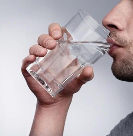 Uống nhiều nước chữa hôi miệng hiệu quả