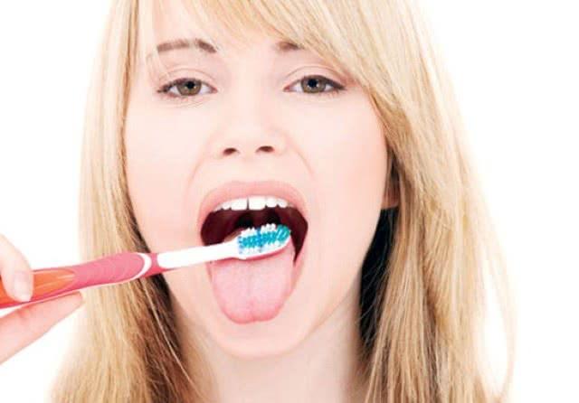 Cạo lưỡi giúp giảm hôi miệng