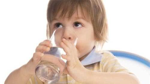 Cho trẻ uống nhiều nước để bớt khó chịu khi bị ho