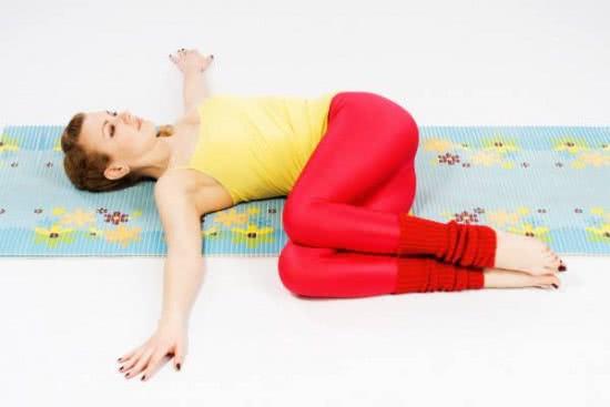 Tư thế yoga gập đầu gối