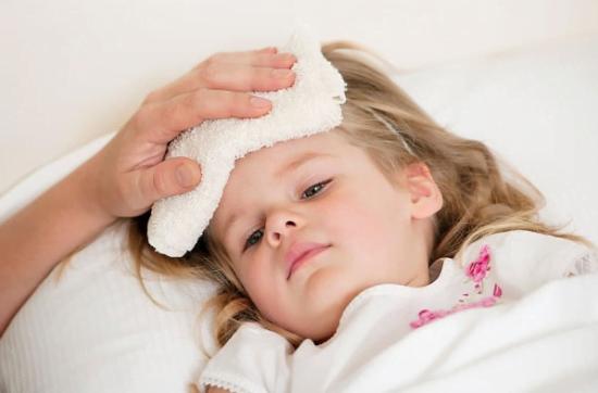 Trẻ bị sốt, trẻ dùng thuốc tại nhà