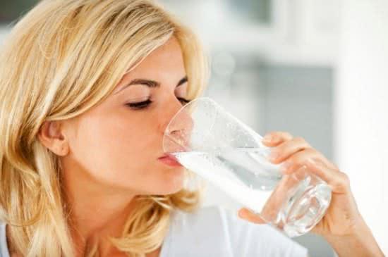 Uống nhiều nước rất tốt cho người bị tiêu chảy