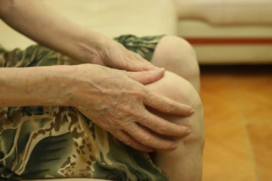 Đau mỏi khớp gối ở người già