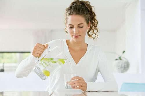 Uống nhiều nước chữa chóng mặt