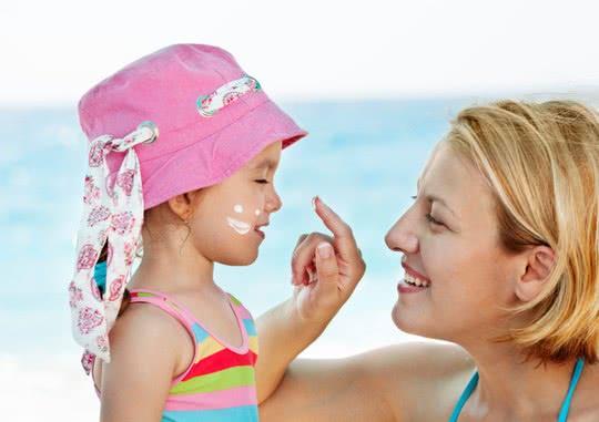 Trẻ bôi kem chống nắng, tác dụng phụ kem chống nắng