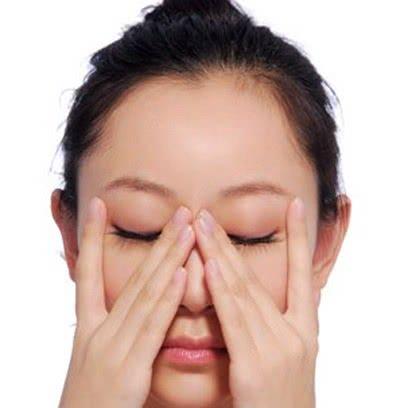 Massage xóa nếp nhăn trên mắt
