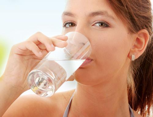 Uống nhiều nước khi bị sốt virus