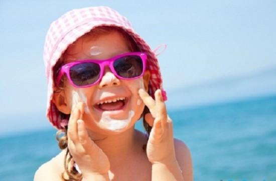 Trẻ đeo kính râm có thể hỏng mắt