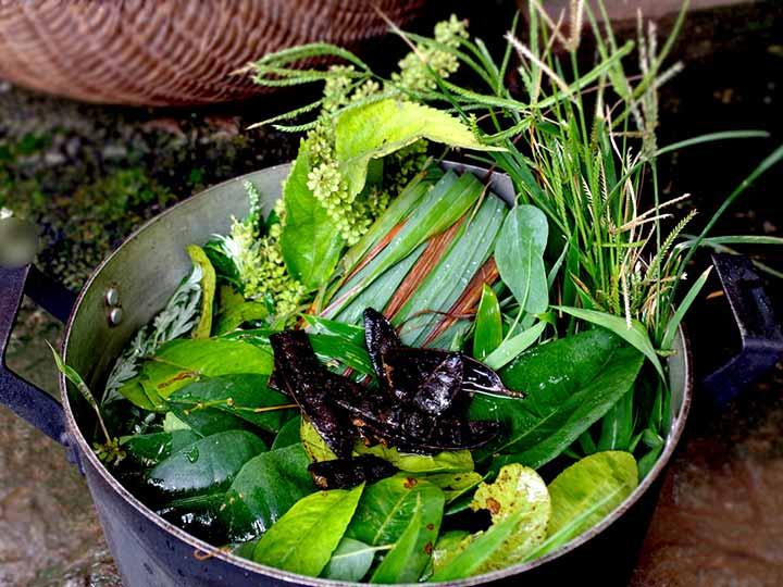Nồi lá xông gồm lá sả, hương nhu, lá bưởi, tía tô, lá chanh